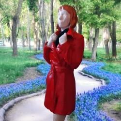 دختر با لباس قرمز
